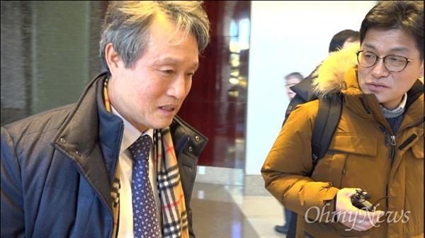 지난해 12월 27일, 서울 강남의 한 호텔 로비에서 만난 권도엽 전 장관은 오마이TV 4대강 다큐 제작팀의 인터뷰 요청을 뿌리쳤다.