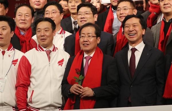자유한국당 홍준표 대표가 2일 오후 경북 경주 더케이호텔에서 열린 자유한국당 청년전진대회에 참석해 기념사진을 찍고 있다.