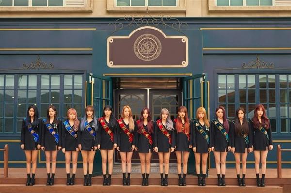 27일 네번째 미니 앨범 < Dream Your Dream >을 발매하는 우주소녀.  마법학교 학생을 연상케하는 복장으로 관심을 모은다.