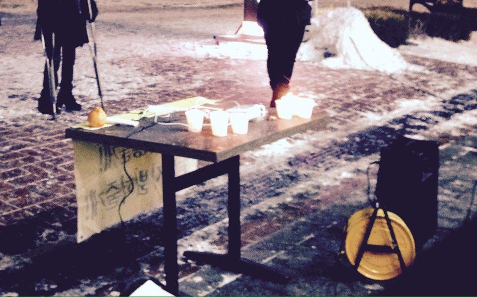 촛불과 테이블과 엠프 촛불 집회를 준비하는데 필요한 것들. 현수막, 촛불, 엠프, 테이블, 마이크, 영사기, 전원 케이블