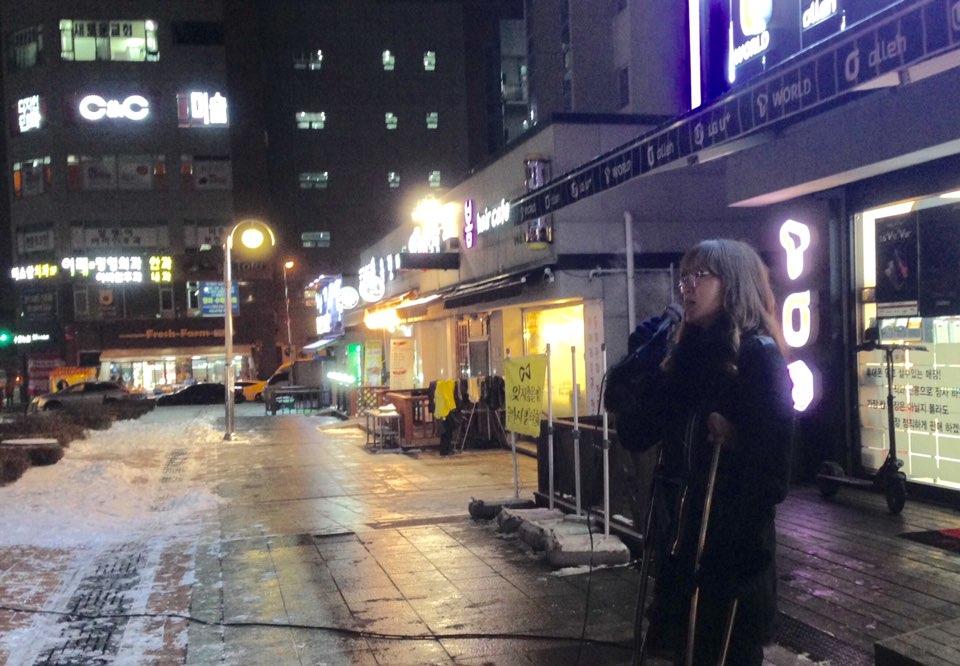 노래하는 빛샘피아노학원장 율전동에서 피아노 학원을 하는 김현숙 선생님께서 안치환의 '내 가는 이 길 험난하여도'를 노래하고 있다.