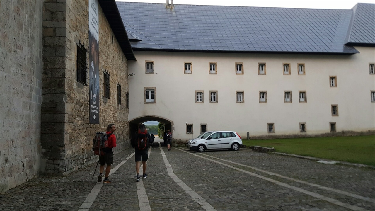 말끔하게 안개 걷힌 다음날, 론세스바예스 수도원을 떠나며