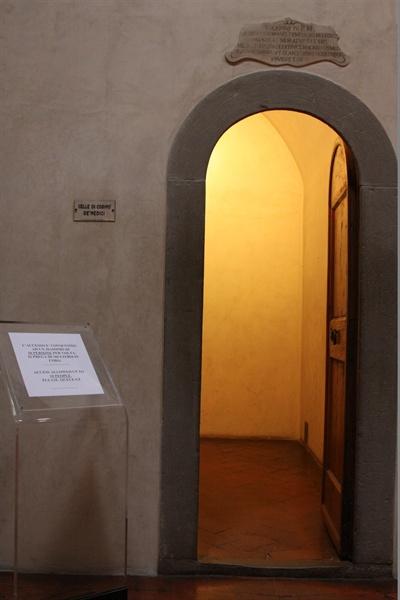 코시모 데 메디치의 전용 기도실 입구 옆에 코시모 데 메디치의 이름이 적혀 있다. 산 마르코 수도원