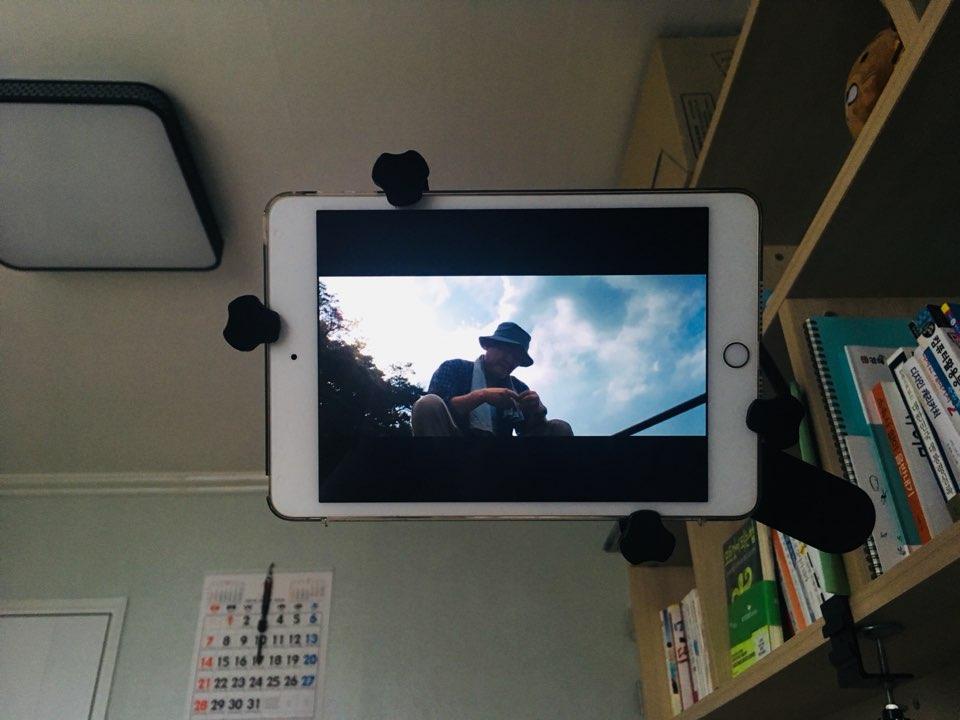 반백수 특별한 일이 없는 날, 침대옆에 거치된 태블릿PC로 영화를 보며 하루종일 뒹굴거리곤 한다
