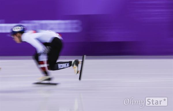 쇼트트랙 임효준 선수가 13일 오후 강원도 강릉 강릉아이스아레나에서 쇼트트랙 1000미터 예선 경기에 출전하고 있다.