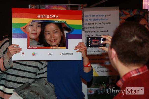 '2018 프라이드하우스 평창'은 성소수자들이 국제적인 스포츠 경기에서 자신의 정체성을 숨기지 않고도 올림픽을 즐길 수 있도록 하자는 취지로 아시아 최초로 열렸다.
