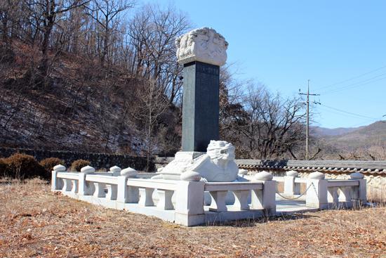 '선무원종1등공신'을 두전(비석 맨 위에 새겨져 있는 제목 성격의 글자)으로 하고 있는 임호서원 경내의 기념비. 여기서 선무원종1등공신은 임진왜란 당시 박경신 의병장을 가리킨다.