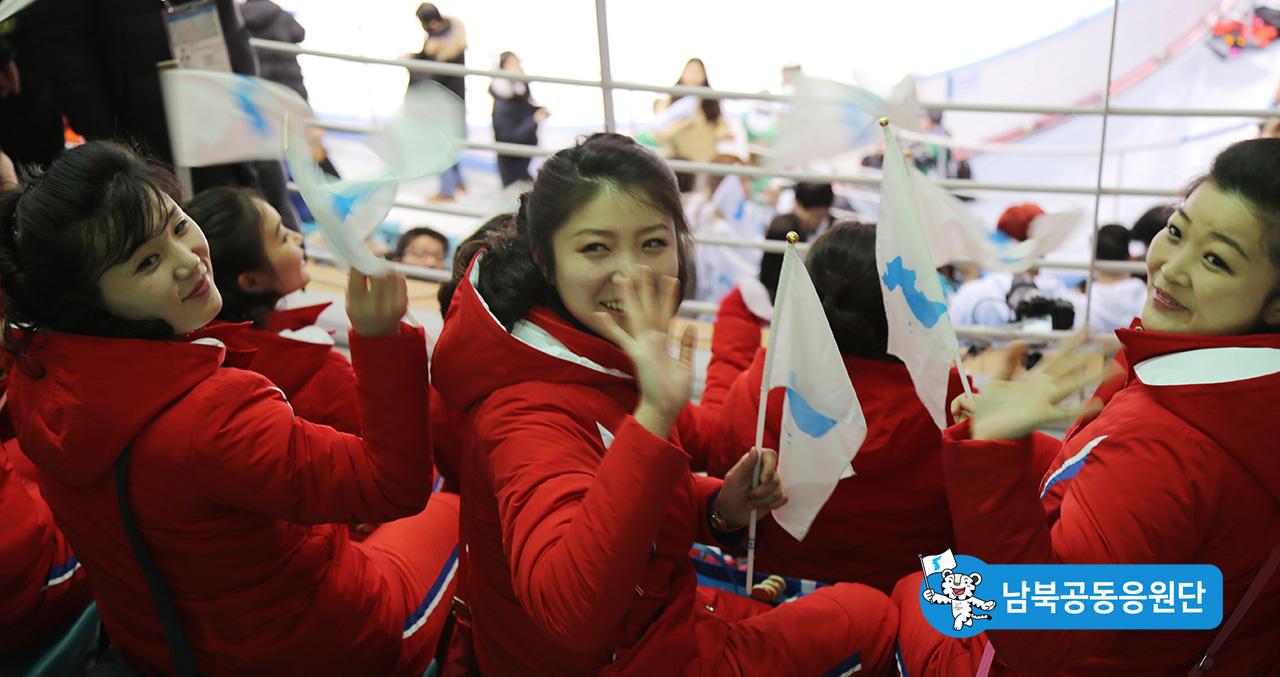 시민들에게 손을 흔들어주는 북측 응원단