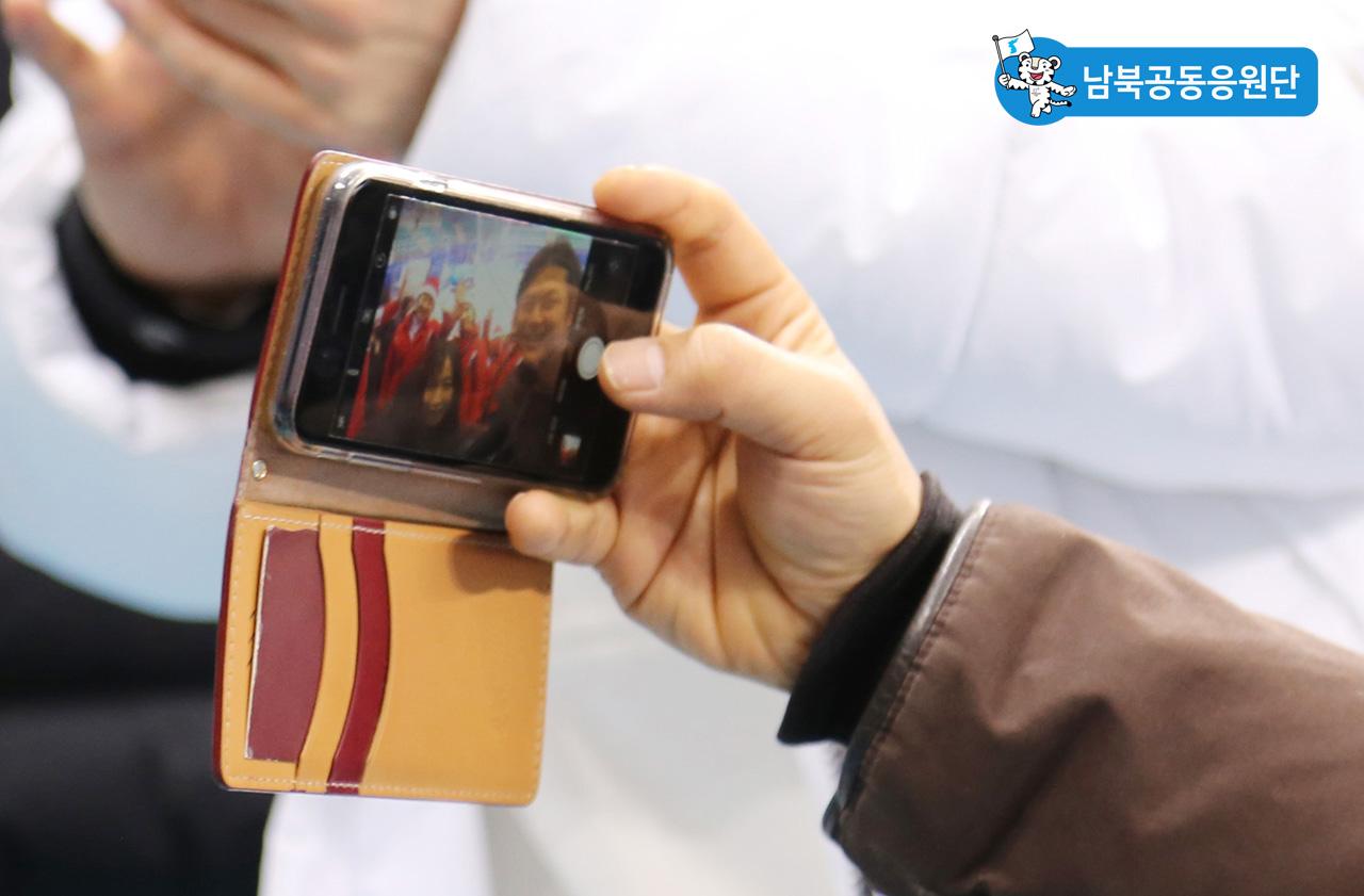 북측응원단과 '셀카' 찍는 시민들