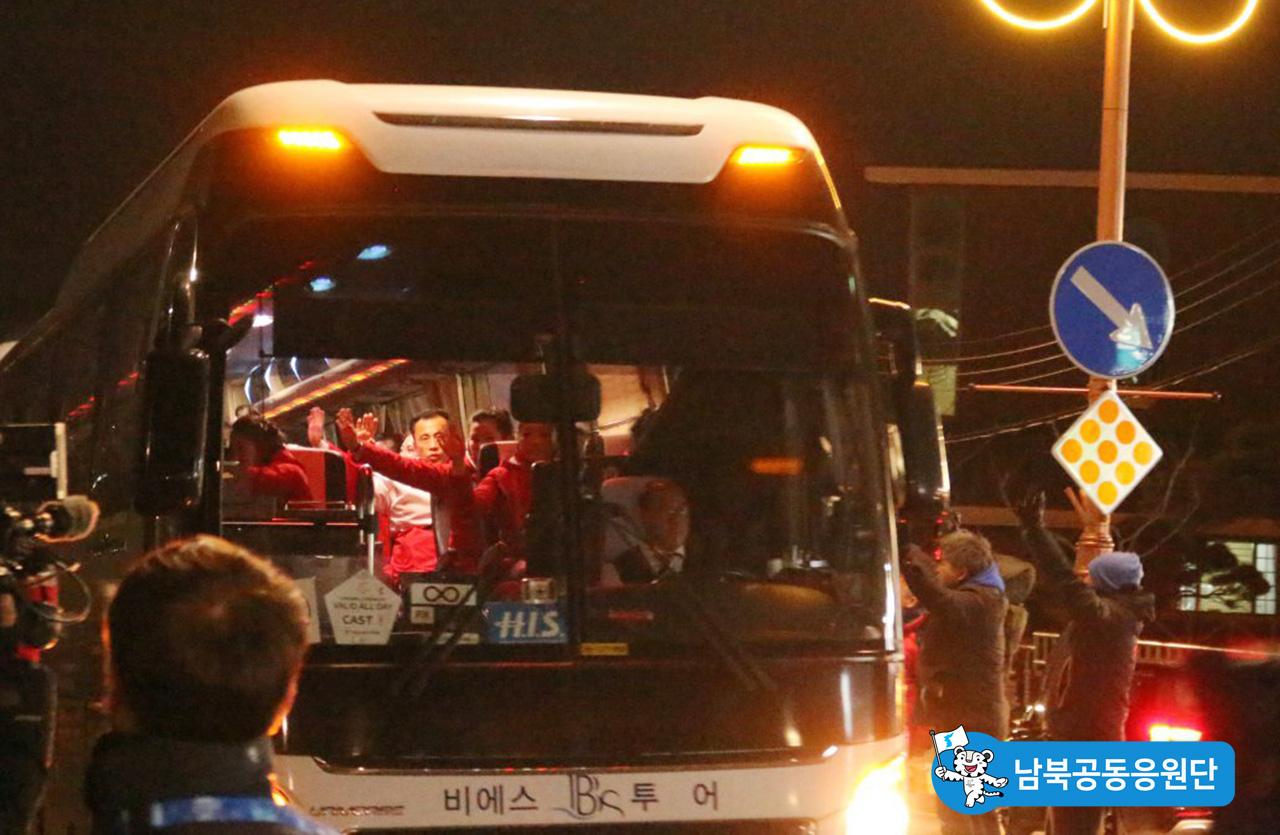 버스안에 불을켜고, 도로 시민들에게 손을 흔들어주는 북측 응원단