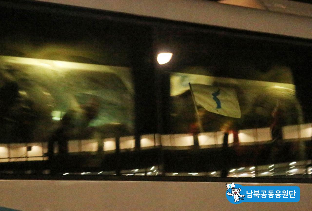 버스 창문에 한반도기를 붙여, 우리에게 보여주는 북측응원단