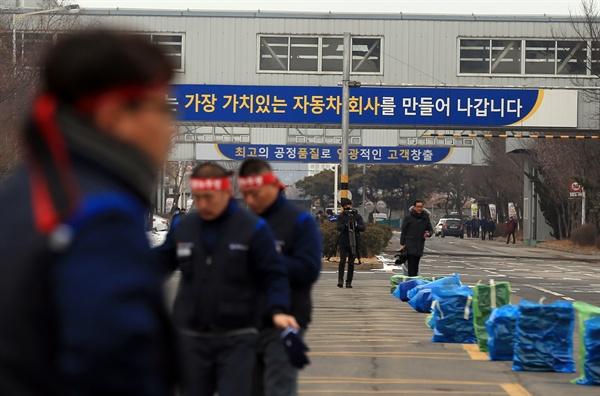 한국 GM  군산공장 폐쇄 반대하는 노조원들 한국GM이 전북 군산공장 폐쇄를 결정했다는 소식이 알려진 14일 오전 민주노총 금속노조 전북지부 조합원들이 투쟁 머리띠를 두르고 공장 동문으로 출근하고 있다.