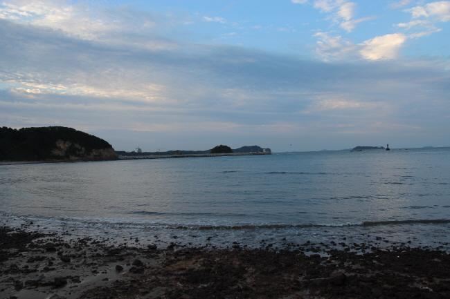 방포해변, 하늘과 땅이 조화롭습니다. 거친 돌들이 해변에 깔려 있습니다.