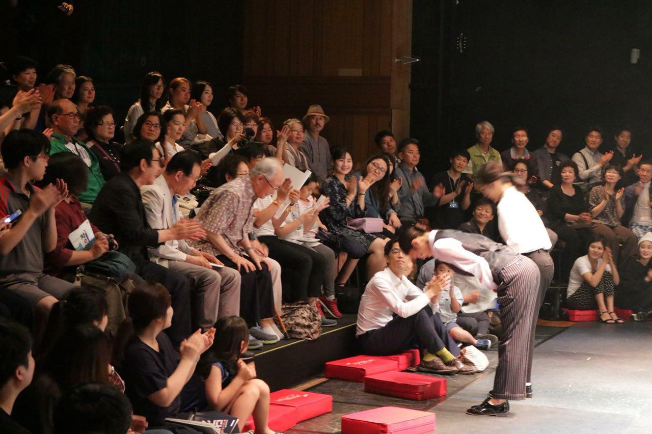 구로아트센터에서 펼쳐진 '닥터2478'공연 뒤 주연 배우와 이성희 박사가 인사를 나누고 있다. 객석 관객 중 백발의 노인이 이성희 박사이다.