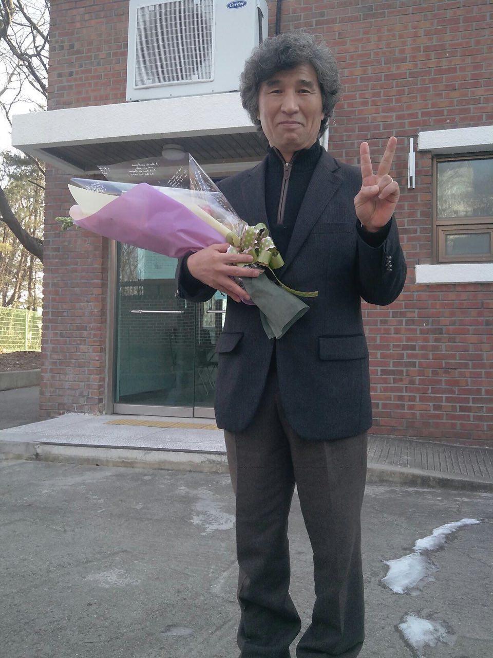 2013년 1월 8일 춘천지방법원 속초지원에서 열린 재심선고공판에서 무죄를 선고 받은 뒤 승리의 '브이'자를 들어보이고 있다.