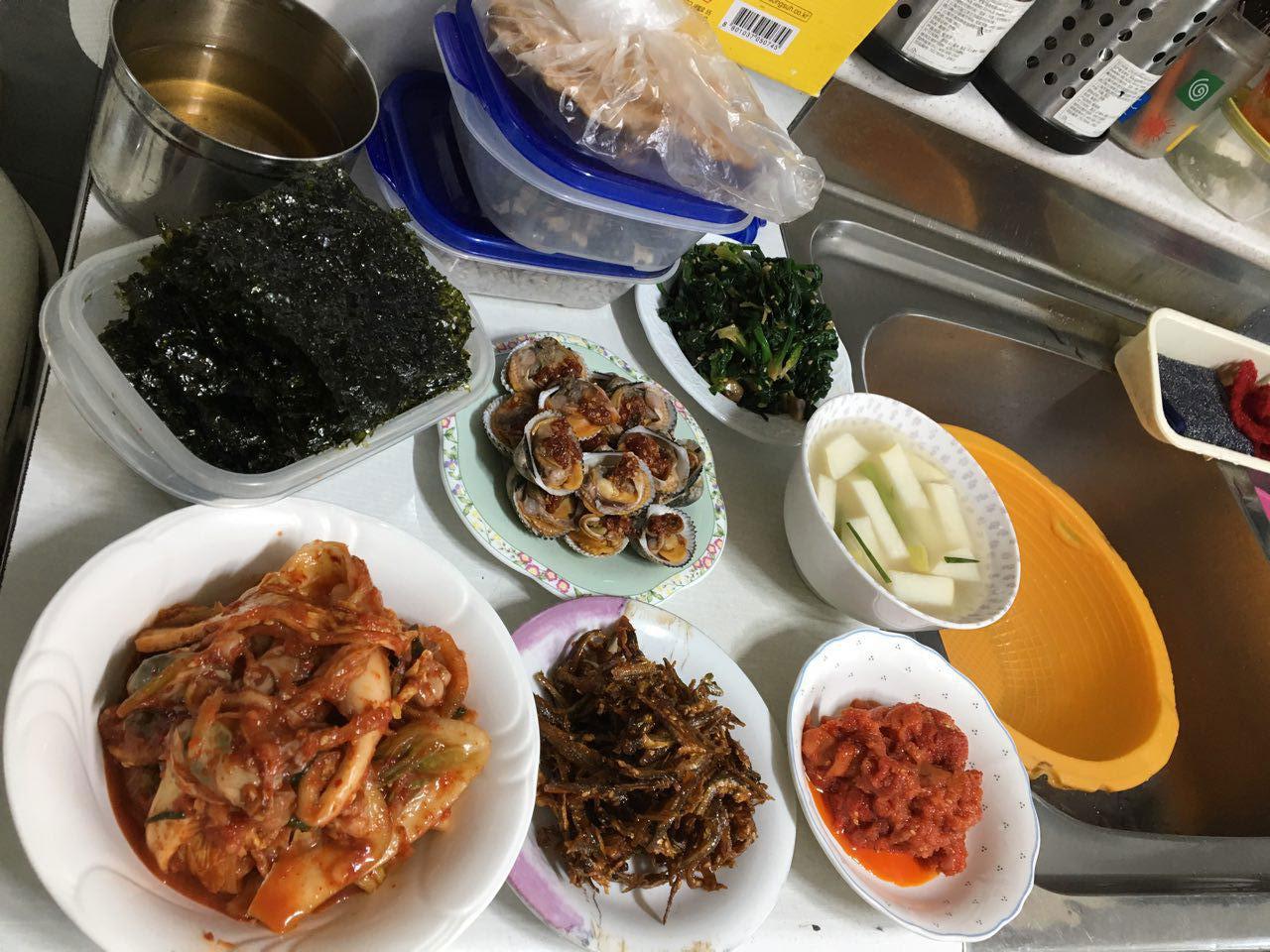김영권씨 댁에서 차려진 음식. 바지락이 눈에 띈다.