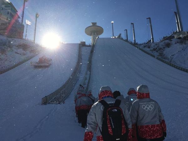 스키점프대로 향하는 스키점프 Stadium NTO, 꿈을 향해 한발한발 전진하는 청춘의 모습처럼 보인다. (사진제공: 윤두열)