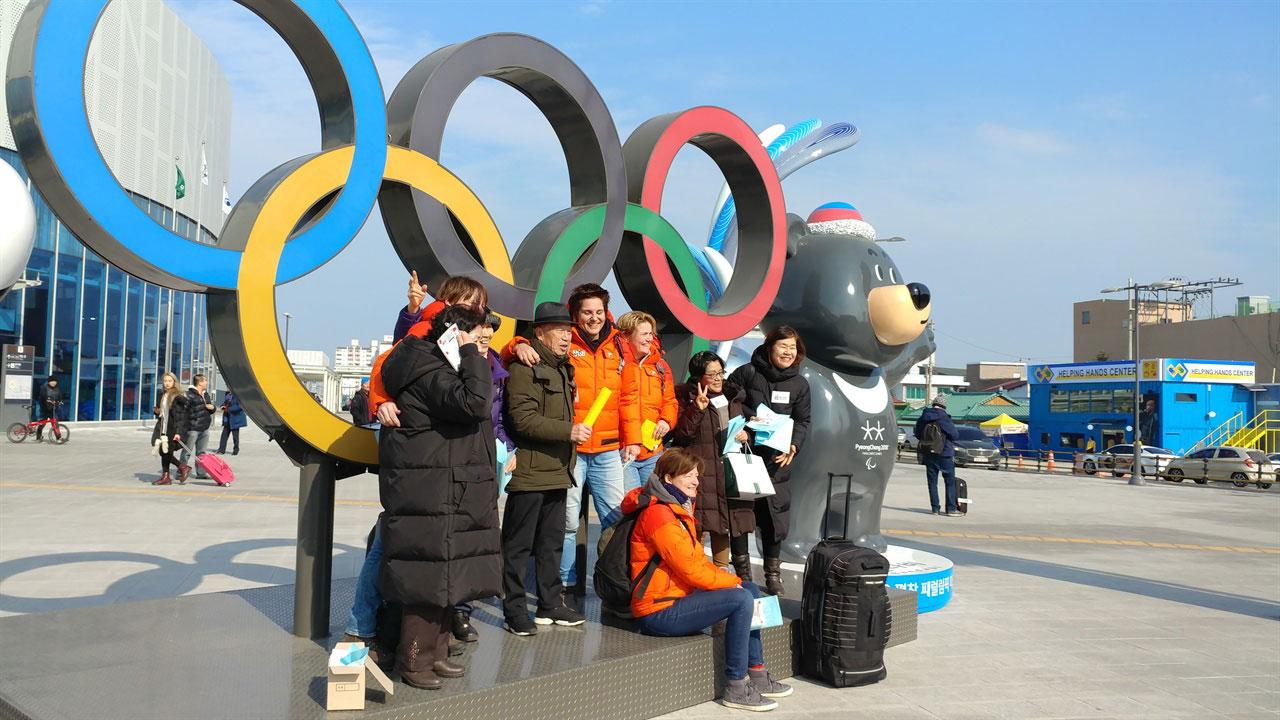 강릉역 앞 오륜동상 앞에서 강릉을 찾은 외국인 한국인 관광객들이 포즈를 취하고 있다
