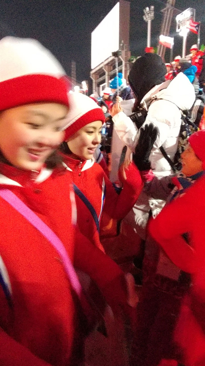 개막식장에서 퇴장하는 북한 응원단