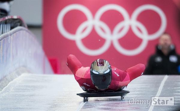 스켈레톤 윤성빈 선수가 16일 오전 강원도 평창 올림픽 슬라이딩 센터에서 3차 주행 출발을 하고 있다.