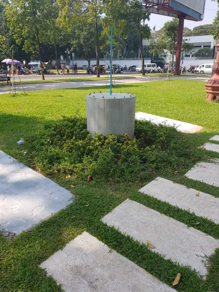 1970년대 크메르루즈정권 당시 자행된 도시민강제이주정책으로 인해 희생된 사람들을 추모하기 위해 만든 동상이 어느날 갑자기 사라졌다.