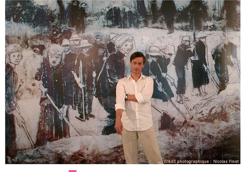 캄보디아출신 아버지를 죽음의 땅에 둔 채 결국 프랑스로 떠날 수 밖에 없었던 소년 세라 잉은 훗날 유명미술화가로 성장해 돌아와, 도시민강제이주정책으로 인해 희생된 자들을 위한 추모동상건립을 위해 수년 간 많은 노력을 기울였다.