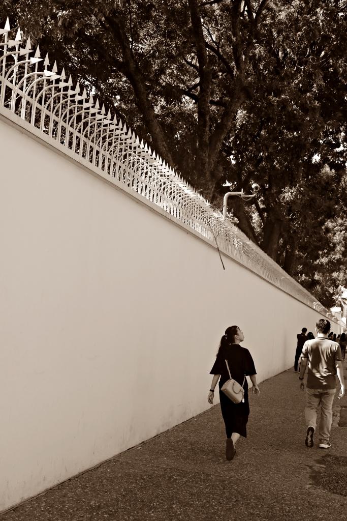 캄보디아주재 프랑스대사관의 높은 담벽의 모습. 당시 외국여성과 결혼해 자녀까지 둔 캄보디아남성에게 이 벽은 도저히 넘을 수 없는 높디 높은 장벽이었다.