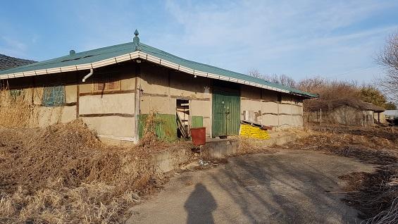 한때는 새집이라고 불리던 집이다. 예전에는 기와 지붕이었는데, 양철 지붕으로 바뀌었다.