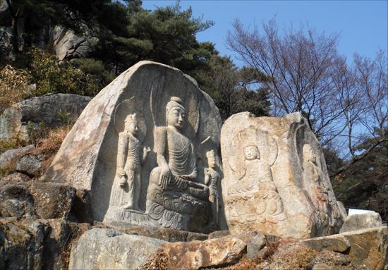 경주 남산 칠불암 마애불상군(국보 제312호).