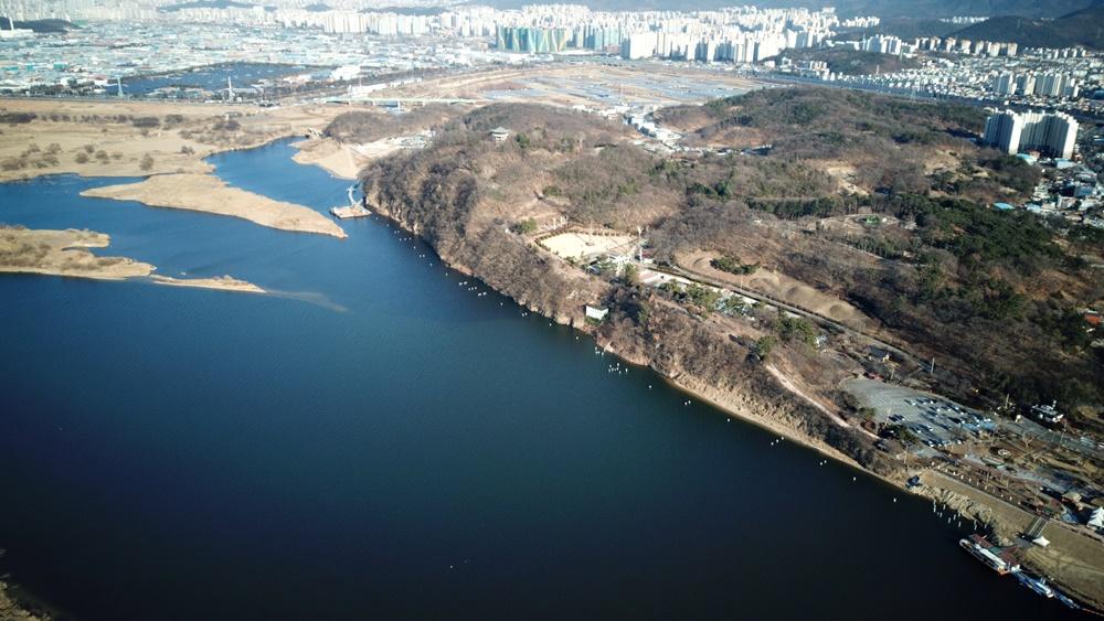 화원동산 전경. 강변으로 강철파일을 박은 흔적들이 보인다. 그 라인으로 탐방로를 조성하겠다는 것이다. 하식애의 생태계와 경관을 망치는 공사가 아닐 수 없다.
