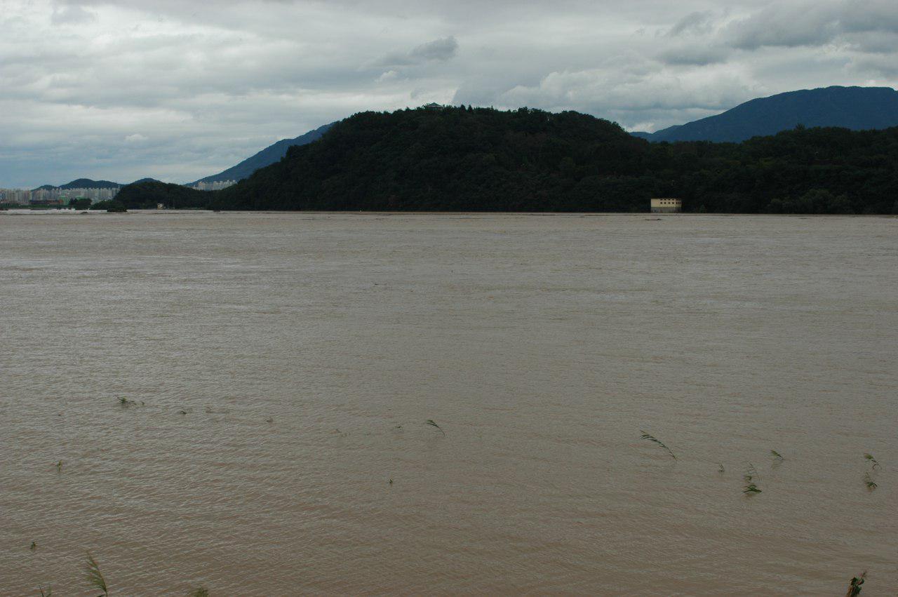 지난 2002년 8월 말 태풍 루사가 침공한 화원동산의 모습. 탐방로가 예정된 구간이 강한 강물에 휩쓸리고 있다.