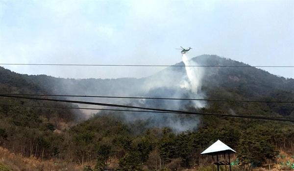 18일 오전 창원 의창구 북면 신목마을 산에서 화재가 발생해 헬기가 동원되어 진화작업이 벌어지고 있다.