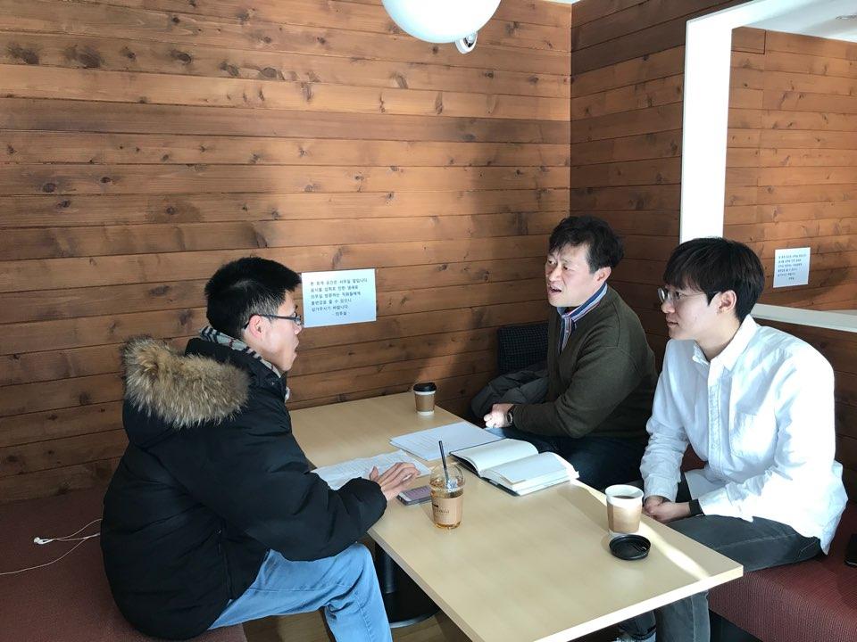 <스트레이트>의 전영우 부장(좌). 곽동건 기자(우(가 오마이뉴스와 인터뷰를 하고 있다.