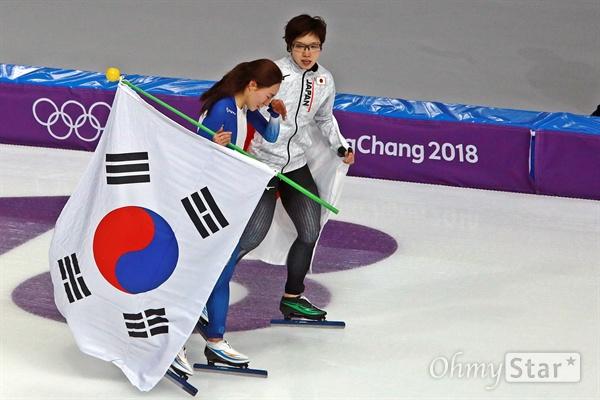 이상화가 18일 강릉 스피드스케이팅경기장에서 진행된 평창동계올림픽 스피드스케이팅 여자 500m 경기에서 은메달을 거머쥐었다. 경기가 끝난 뒤 눈물을 흘리는 이상화를 금메달을 딴 나오 고다이라(일본)가 위로하고 있다.
