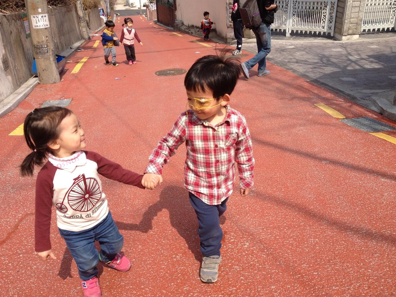손잡고 산책가는 길. 아이들 마다 좋아하는 손잡는 방식이 다르기도 해요. 손잡는 것 조차도 서로의 차이를 맞춰나가는 섬세한 과정이에요.