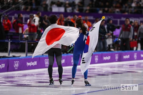 이상화 선수가 18일 오후 강원도 강릉스피드스케이팅 경기장에서 열린 평창동계올림픽 여자 스피드스케이팅 500미터에서 37초33을 기록하며 은메달을 획득한 뒤 태극기를 들고 일본 고다이라 선수와 트렉을 돌고 있다.