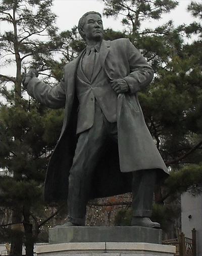 수류탄을 던지는 이봉창 의사. 서울시 용산구 효창동의 효창공원에서 찍은 사진.