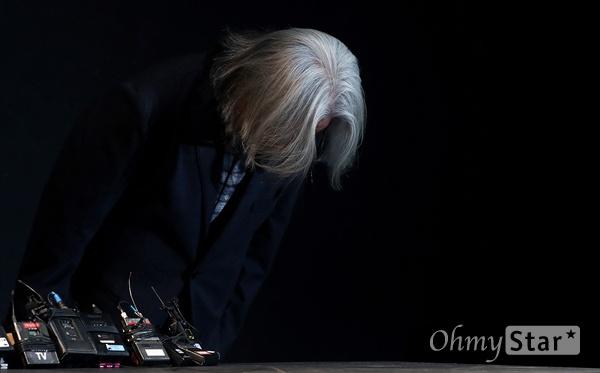 """이윤택, """"법적 책임 지겠다"""" 이윤택 전 연희단거리패 예술감독이 19일 오전 서울 종로구 30스튜디오에서 열린 성추행 사실에 대한 사과 기자회견에서 고개를 숙이고 있다."""