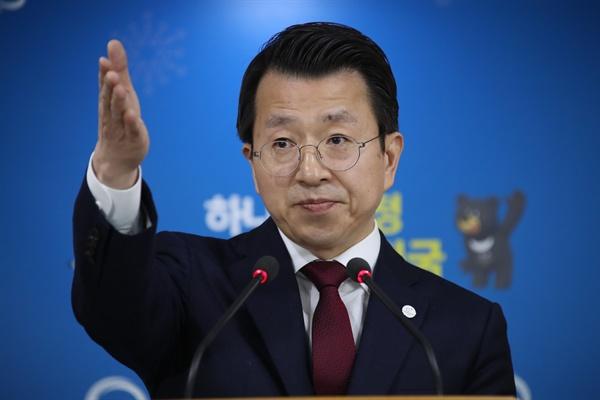 정례브리핑  백태현 통일부 대변인이 19일 오전 서울 세종로 정부서울청사에서 열린 정례브리핑에서 질문기자를 손짓으로 가리키고 있다.