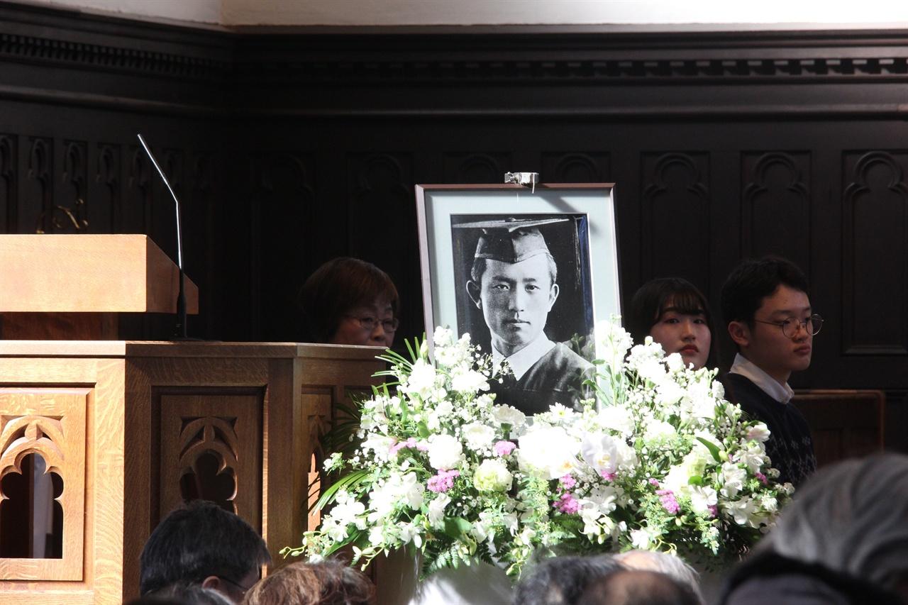 성당에 장식돼 있는 윤동주 사진.