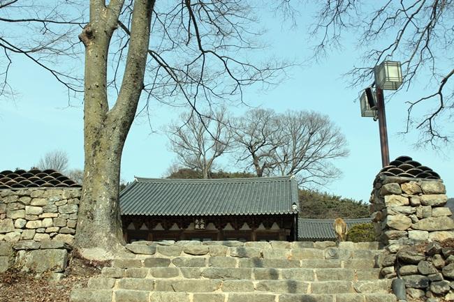 모악산 귀신사는 그 흔한 일주문도 없어 계단을 오르니 바로 대적광전입니다. 소박함에 반했습니다.