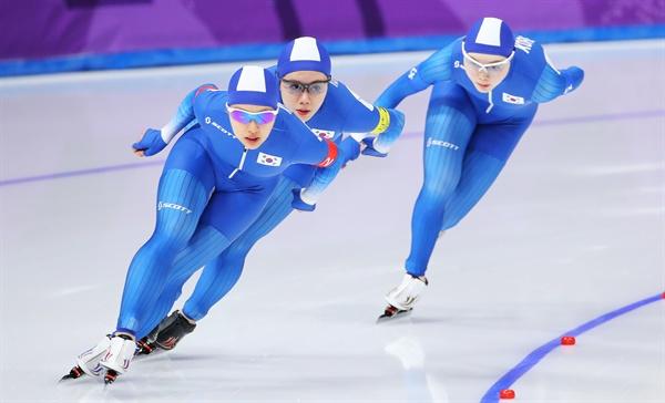 뒤처지기 시작하는 노선영 19일 오후 강원 강릉스피드스케이팅경기장에서 열린 2018 평창동계올림픽 스피드스케이팅 여자 팀추월 8강전에서 한국의 노선영이 뒤처진 가운데 김보름(앞)과 박지우가 레이스를 하고 있다.