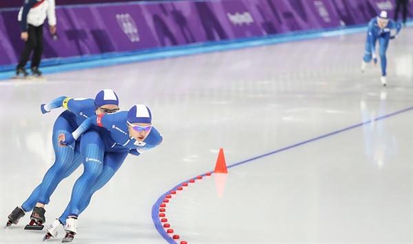 최선을 다해 보지만 19일 오후 강원 강릉스피드스케이팅경기장에서 열린 2018 평창동계올림픽 스피드스케이팅 여자 팀추월 8강전에서 한국의 박지우, 김보름이 레이스를 이끌고 노선영이 그 뒤를 쫓고 있다.
