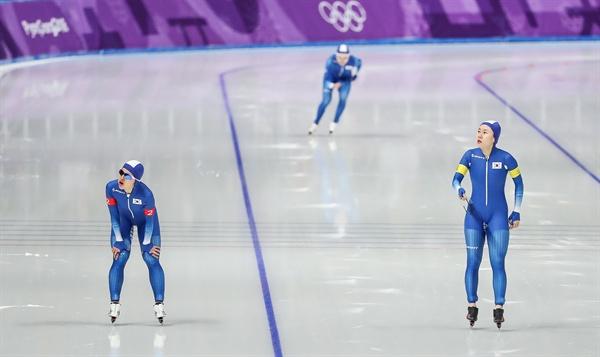 최선을 다해 봤지만 19일 오후 강원 강릉스피드스케이팅경기장에서 열린 2018 평창동계올림픽 스피드스케이팅 여자 팀추월 8강전에서 한국의 김보름(앞줄 왼쪽부터), 박지우가 결승선을 통과한 뒤 기록을 살피고 있다. 그 뒤로 노선영이 결승선을 향해 역주하고 있다.