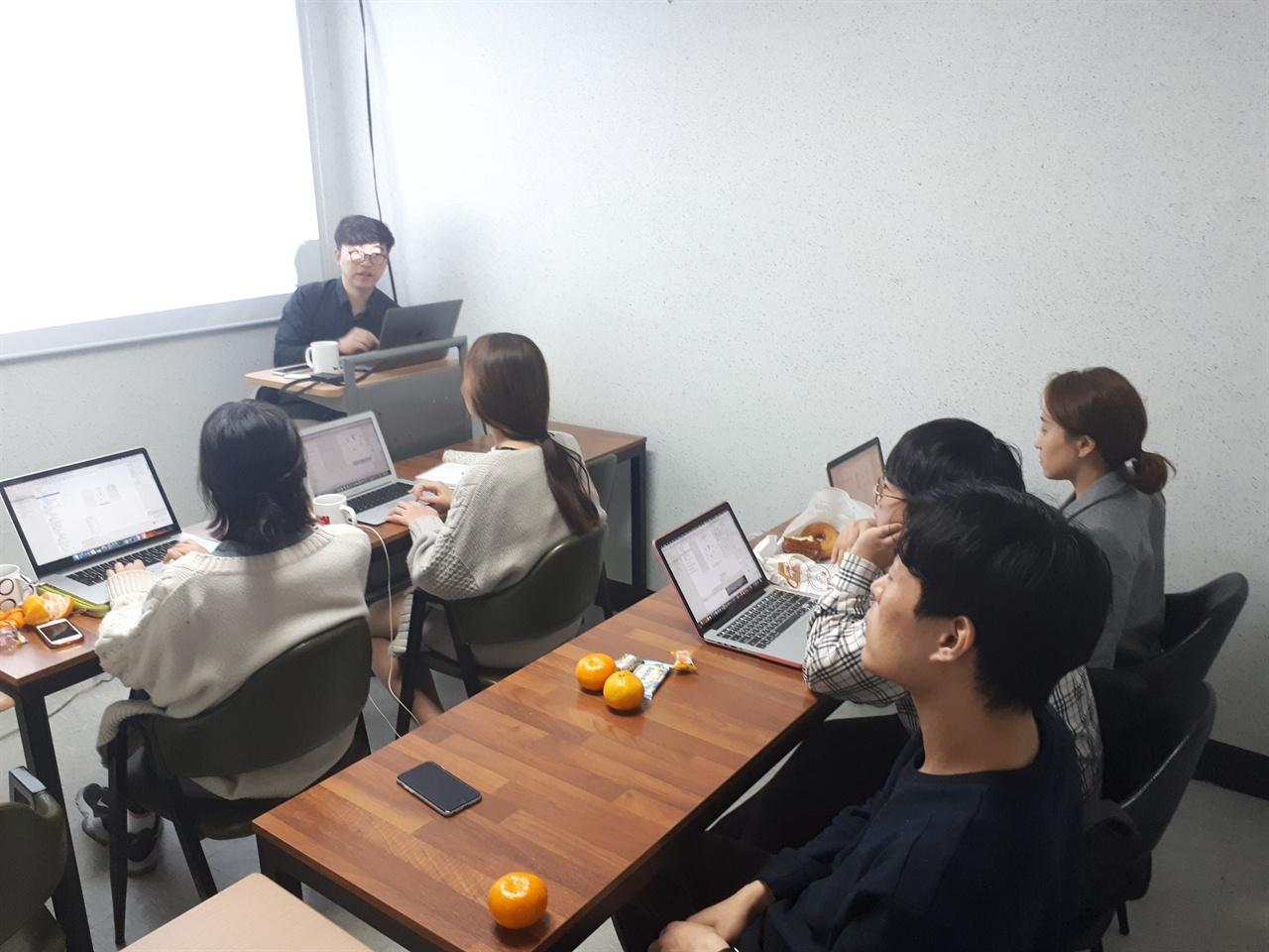 이프 1기 멤버들의 프로그래밍 교육 이재훈 강사가 이프 1기 멤버들을 대상으로 프로그래밍 교육을 하고 있다.