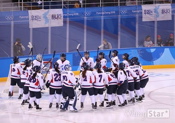 마지막 경기 앞둔 남북단일팀 20일 오전 평창동계올림픽 여자 아이스하키 7·8위 순위 결정전에서 스웨덴을 상대하게 된 남북단일팀이 경기에 앞서 힘을 모으고 있다.