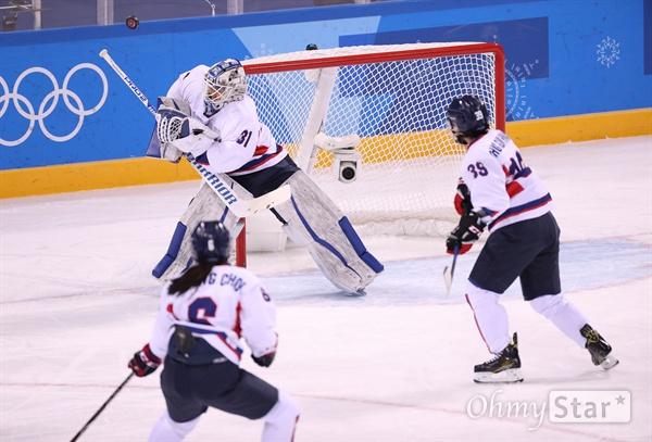 퍽 막아내는 신소정 골리 20일 강원도 강릉시 관동하키센터에서 열린 평창동계올림픽 여자 아이스하키 스웨덴전(7·8위 순위 결정전)에서 남북단일팀 신소정(31번) 골리가 퍽을 막아내고 있다.