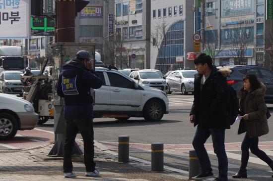 한국GM 군산 비정규직지회는 적은 인원으로 매주 수요일 군산의 번화가에서 선전전을 진행하고 있다.