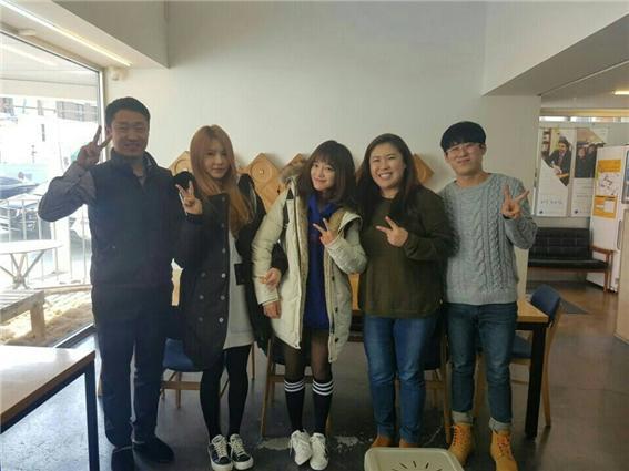 ▲ KBS 배틀트립 촬영 차 공감게스트하우스를 방문한 구구단 세정, 나영과 공감씨즈 직원들