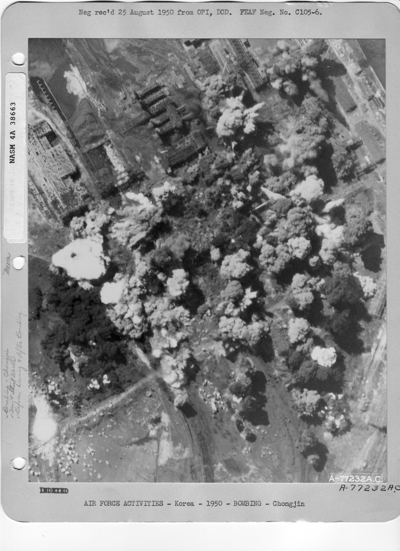 1950. 8. 19. 미 공군 B-29 폭격기가 청진의 공장지대를 맹렬히 폭격하고 있다.